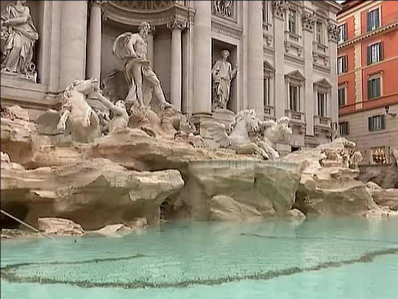 Dans quelle ville se trouve la célèbre fontaine de Trévi ?