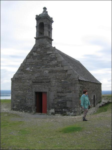 Dans le Finistère, une petite chapelle ... .