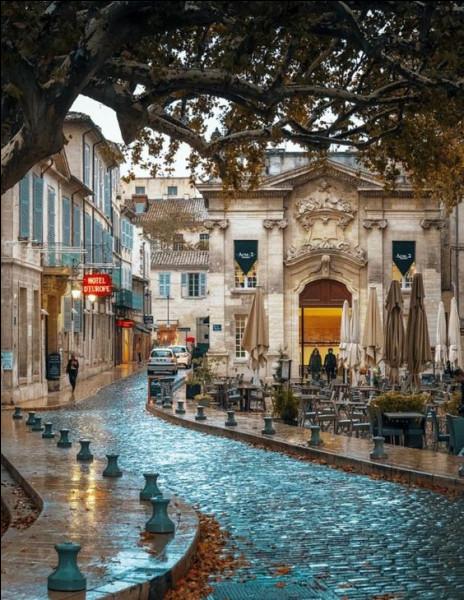 Quelle est cette ville située au confluent de la Durance et du Rhône, dans le Vaucluse ?