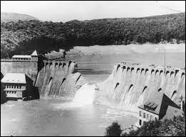 Banqiao (Chine), 1975 > Cet événement est vu comme la plus grande catastrophe industrielle de tous les temps : Typhon + rupture et dynamitage de 62 barrages = 26 000 morts directes + 145 000 ...
