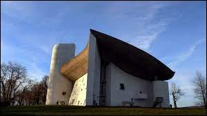 Dans quelle région peut-on on admirer la chapelle Notre-Dame du Haut, œuvre architecturale de Le Corbusier ?