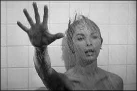 Dans quel film d'Alfred Hitchcock voit-on une scène d'horreur se passant dans la douche ?
