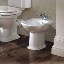 Quel meuble destiné au lavage peut encore se trouver dans les salles de bain d'anciennes maisons ?