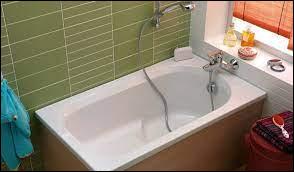 Comment se nomme ce type de baignoire où l'on peut juste s'asseoir ou rester debout ?