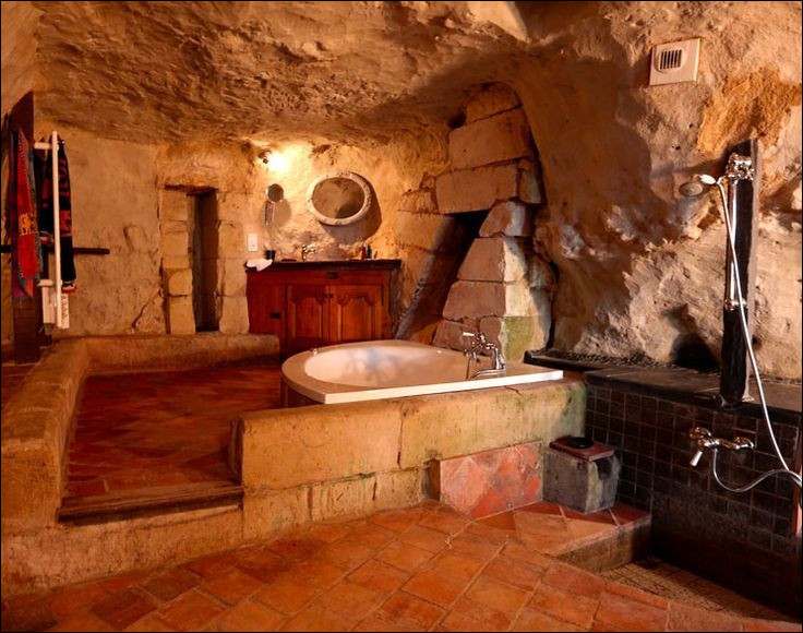 Dans quel type de maison se trouve cette salle de bain atypique ?