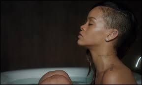 Dans le clip de quelle chanson voit-on Rihanna dans son bain ?