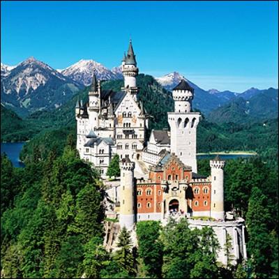 Quel souverain, destitué pour cause de folie, est resté célèbre pour les châteaux qu'il fit construire ?