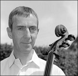 """Y aurait-il un cadavre dans la contrebasse ? Quoi qu'il en soit, seul un anglais, tel le violoncelliste Graham Waterhouse (en 2011) a pu composer une """"Rhapsodie ..."""""""