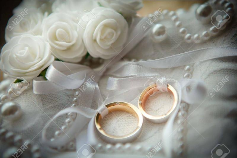 Qu'est-il de coutume de jeter sur les mariés lors de la cérémonie, pour leur porter bonheur ?
