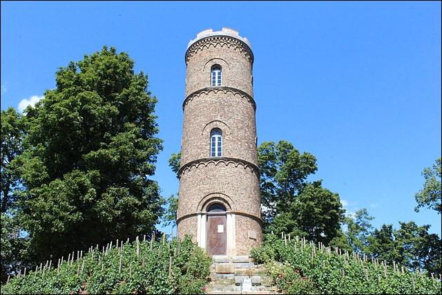 La tour des Minimes, du haut de laquelle siffle ...