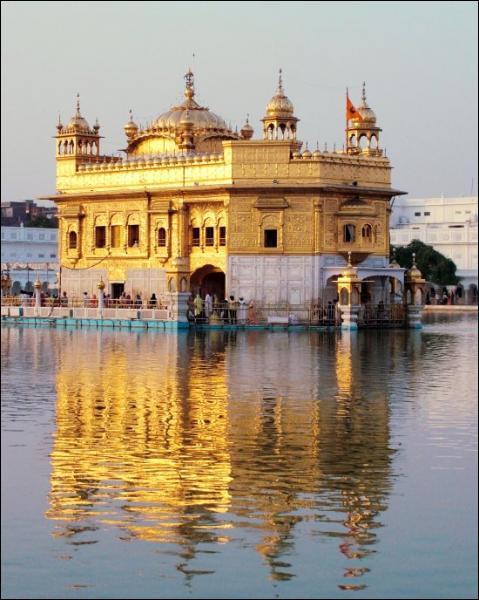 Dans quel pays le temple d'or d'Amritsar s'élève-t-il ?