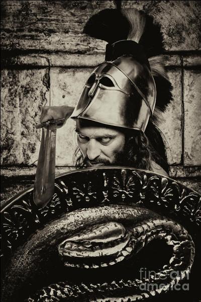 Fils de Zeus, cette divinité s'élance au combat par une véritable folie belliqueuse avide de sang et de carnage. Qui est-il ?