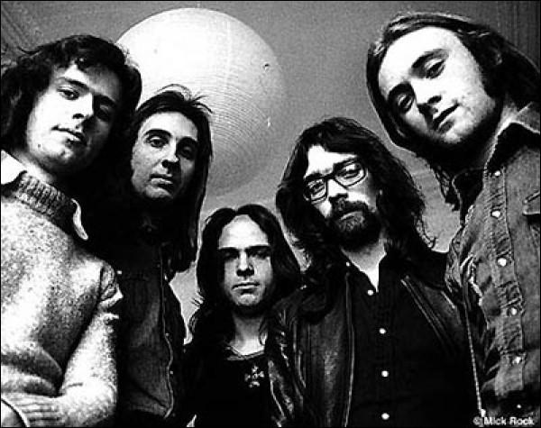 Genesis : Qui était le leader du groupe avant que Phil Collins le batteur prenne sa place ?