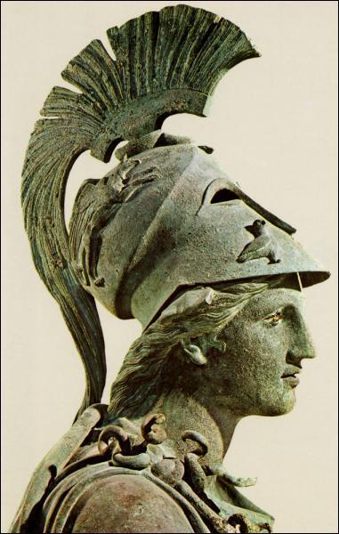 Quelle est la déesse grecque qui porte un casque ?