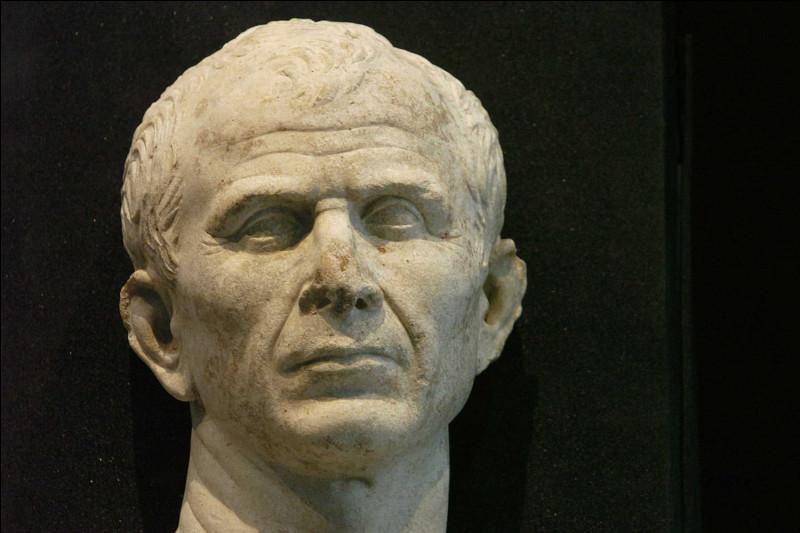 C'est sans doute le Romain le plus célèbre : au milieu du 1er siècle avant J-C, il devient maître de Rome, détenant tous les pouvoirs. Il est assassiné en 44 av. J-C. C'est ...