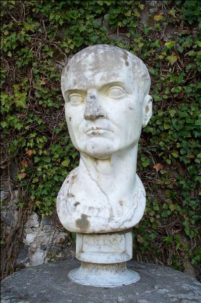 Homme politique et proche d'Auguste, il est célèbre pour avoir consacré sa fortune et son influence à promouvoir les arts et les lettres. Virgile, Properce et Horace lui rendirent en hommage ce qu'ils avaient reçu en bienfaits. C'est ...