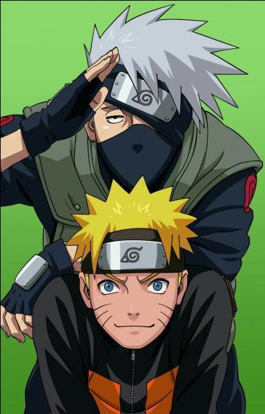 Que voit-on écrit sur la porte que Naruto ouvre en attendant Kakashi ?