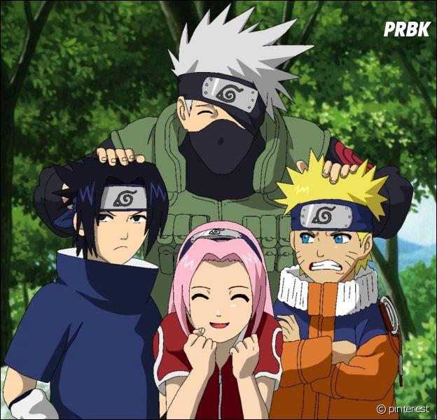 Quand Naruto, Sasuke et Sakura se présentent à Kakashi, qu'est-il écrit sur la bannière au-dessus d'eux ?