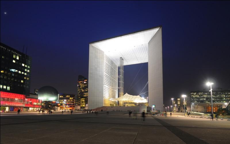 Quelle est la hauteur de la Grande Arche de la Défense ?