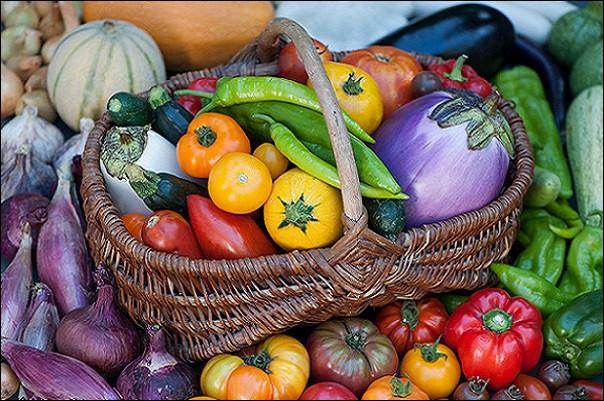 On découpe les légumes en petits bâtonnets.