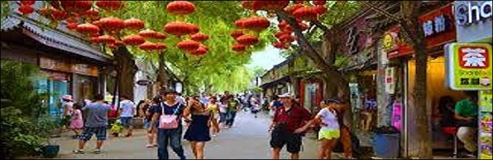 Et si nous faisions une virée vers la gigantesque ville de Pékin, vous y rencontreriez [...] habitants.