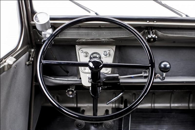 Dans le genre minimaliste, on peut guère faire mieux. Quel le nom de cette voiture des années 50 qui possède ce tableau de bord ?