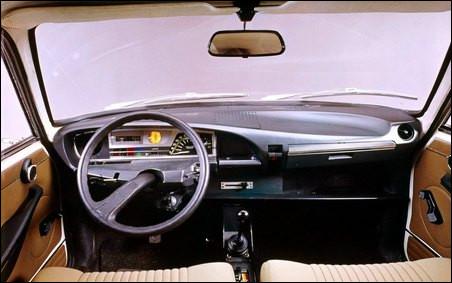 C'est une mutation pour l'époque avec ce tachymètre à disque tournant doté d'une loupe. Dans quelle voiture trouvait-on ce tableau de bord futuriste ?