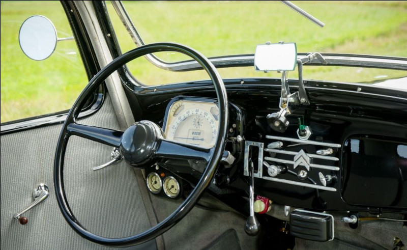 Pas jeune la caisse. Quelle est cette auto des années 40 qui permettait d'ouvrir le pare-brise avec une molette ?