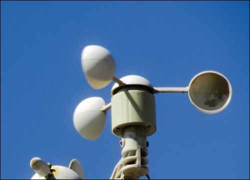 Cet appareil sert à mesurer la vitesse du vent. Quel est son nom ?