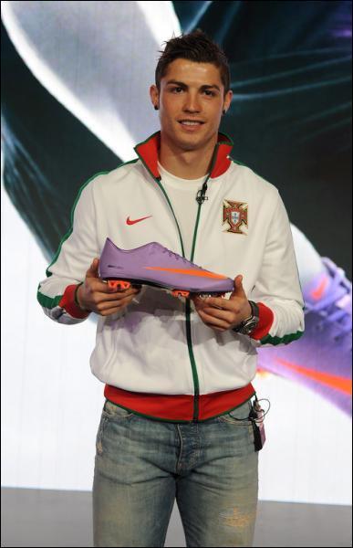 Avec quelle marque de chaussures Cristiano Ronaldo a-t-il signé un contrat jusqu'en 2015 ?