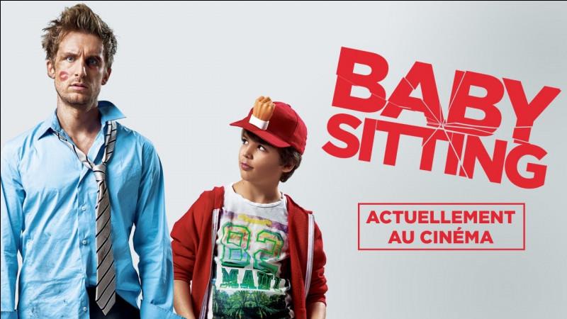 """Dans le film """"Babysitting"""", que fait la célèbre casquette de ce petit garçon ?"""