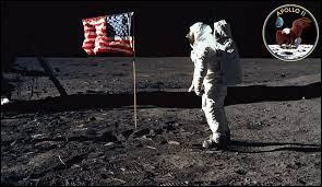 Avec la mission Apollo 11, combien de temps ont duré leur sortie extravéhiculaire ?