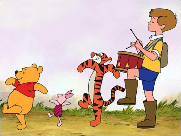 Quel est le prénom du garçon qui s'amuse comme un petit fou avec Winnie l'ourson et sa bande d'amis ?