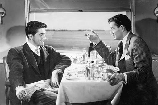 """En 1951 sort aux écrans """"L'inconnu du Nord-Express"""". Quel acteur, mort peu de temps après le tournage du film, interprète le """"méchant"""" de l'histoire (Il est à droite sur la photo) ?"""