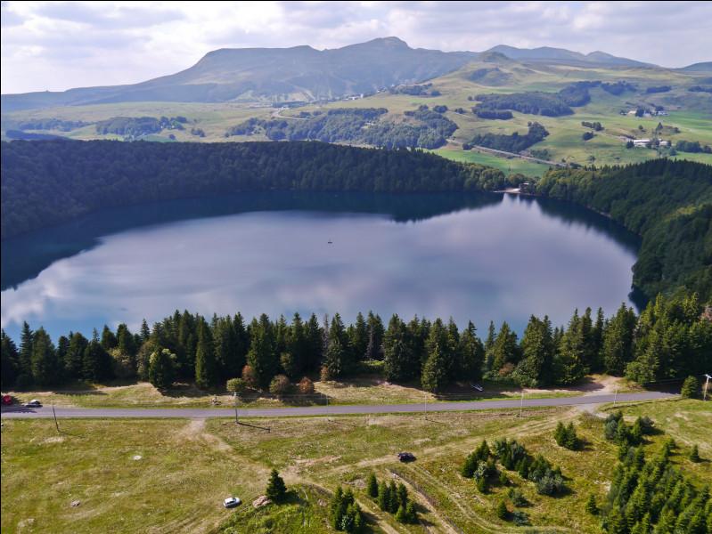 Cratère d'explosion volcanique souvent occupé par un lac (au pluriel) :