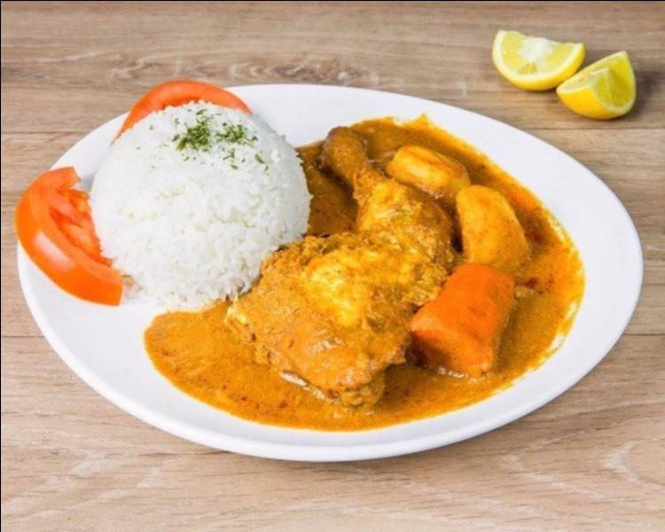 Plat africain à base de viande ou de poisson cuit dans une sauce à l'arachide et servi avec du riz créole :