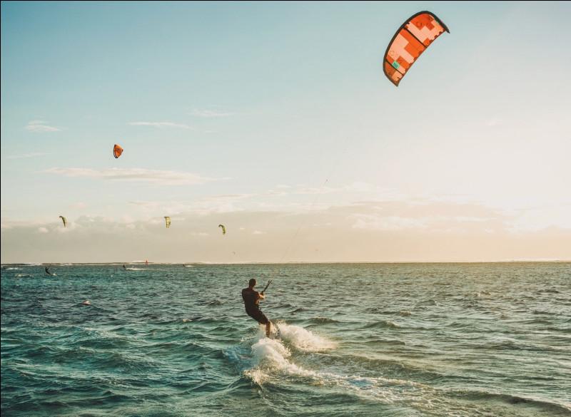 Quel sport de glisse se pratique sur une planche accrochée à une aile ?