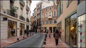 Tu marches dans la rue d'un centre-ville et tu croises un SDF, assis sur le côté. Que fais-tu ?