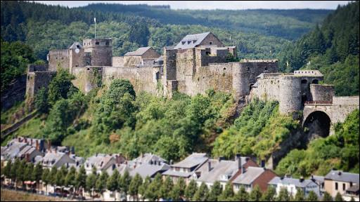 Dans quel pays devrez-vous aller pour voir ce château fort, bâti au XIe siècle sur son éperon rocheux dominant la rivière ?