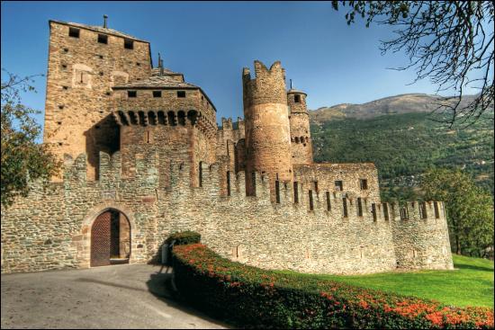 C'est en Italie que vous pourrez voir ce château médiéval, restauré au XIXe siècle :
