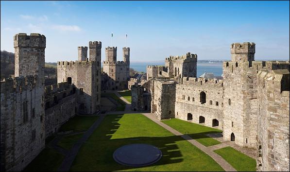 Il vous faudra aller en Grande-Bretagne pour voir ce château, véritable forteresse dominant la côte :