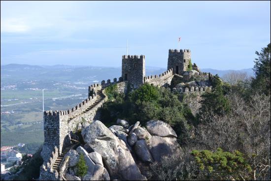 C'est au Portugal que vous devrez aller pour voir ce château érigé à partir du VIIIe siècle sur un massif rocheux :