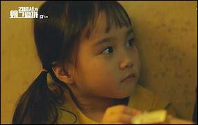 Que donne le petit Lee Yeon Joon à la petite Kim Mi So lorsqu'ils sont tous les 2 enfermés par la ravisseuse ?