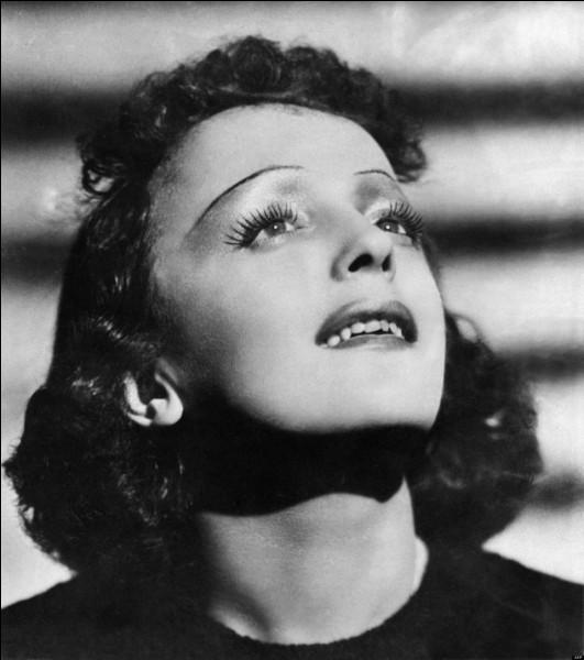 """Dans quelle chanson célèbre d'Edith Piaf peut-on entendre ces paroles : """"Je renierais ma patrieJe renierais mes amisSi tu me le demandaisOn peut bien rire de moiJe ferais n'importe quoiSi tu me le demandais"""" ?"""