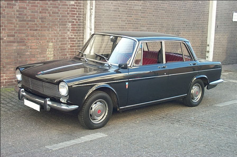 Quand un modèle se fait vieillissant, il faut le remplacer. Le modèle en illustration remplace l'une des icônes de l'automobile française des années 1950-1960. Quel est le nom du modèle en illustration ?