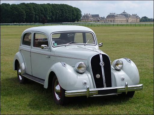 Au début du 20e s, l'automobile était un bien onéreux que peu de personnes pouvaient se procurer. À la sortie de la guerre, s'offrir une voiture de luxe comme celle en illustration n'était pas dans les priorités des consommateurs. Je vous demande de me nommer cette voiture de luxe.