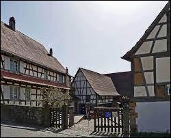 Nous sommes dans le Grand-Est, à Kutzenhausen. Commune de l'arrondissement de Haguenau-Wissembourg, au sein du parc naturel régional des Vosges du Nord, elle se situe dans le département ...
