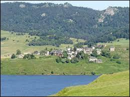 Petit village Catalan de 67 habitants au bord du lac du même non, Puyvalador se situe en région ...