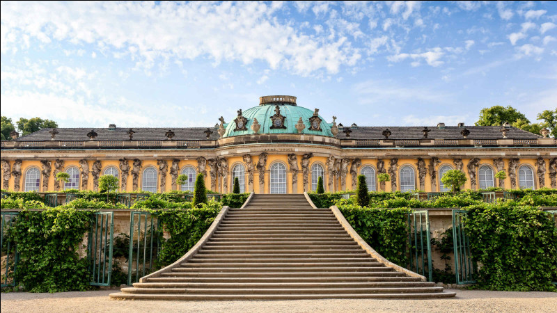 Ce château, bâti entre 1745 et 1747, ancienne résidence royale, se trouve en Grande-Bretagne :