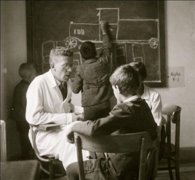 En quelle année, Hans Asperger a-t-il donné une autre définition de l'autisme ?